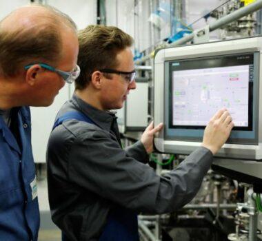 Maschinen- und Anlagenführer bei der Arbeit